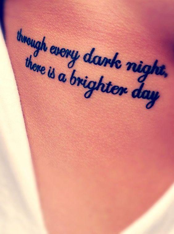 Frase para tatuaje que dice: Al final de cada noche oscura, hay un día más brillante