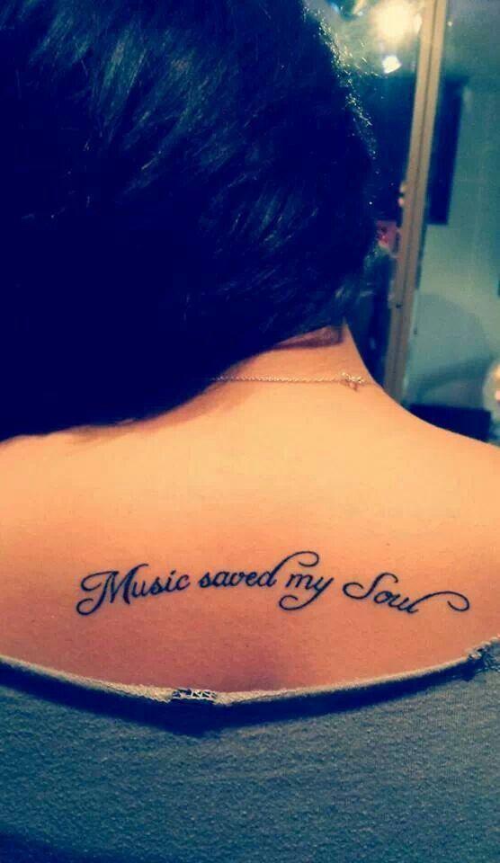"""Tatuaje en la espalda de una chica con la frase: """"música salva mi alma"""""""