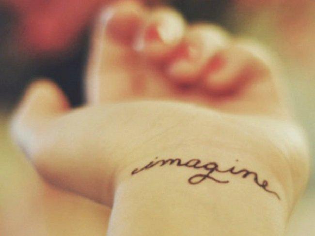 """frase tatuada en la muñeca que significa: """"Imagina"""""""