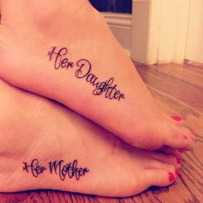 Una mujer con una frase tatuada en sus pies