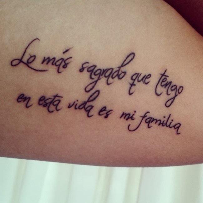Frase tatuada en la espalda de una mujer