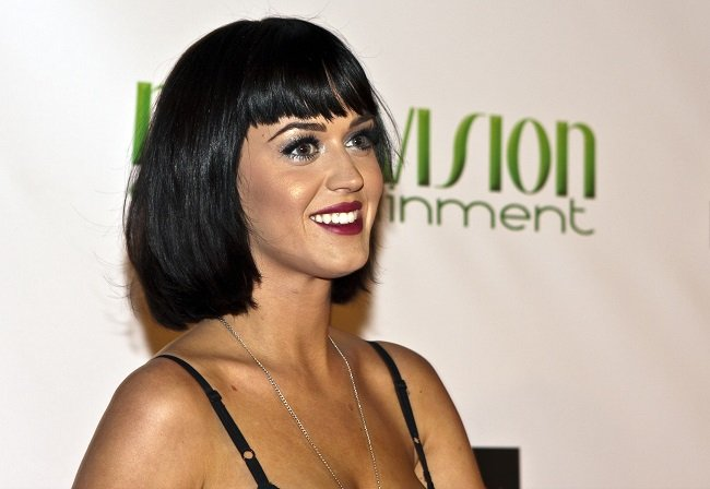 Katy Perry kuciendo un flequillo recto