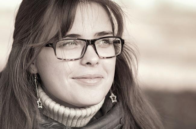 Fotografía en blanco y negro de una mujer que lleva unas gafas cuadradas