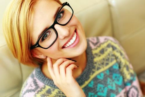 Una chica rubia que usa unas monturas de gafas estilo retro