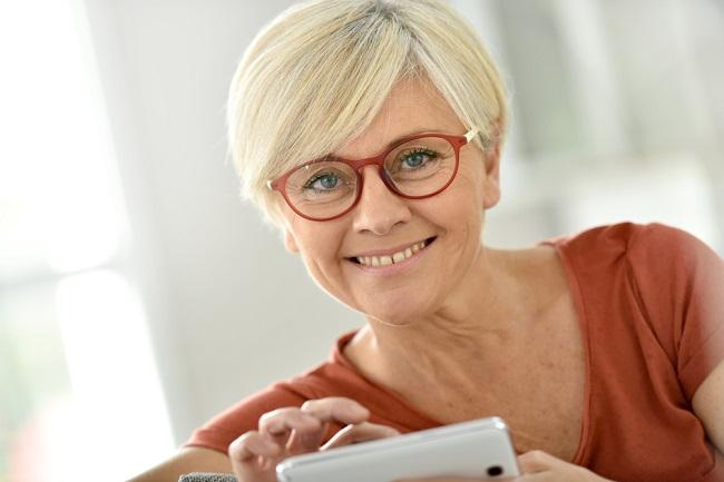 Señora mayor usando unas monturas de gafas más modernas