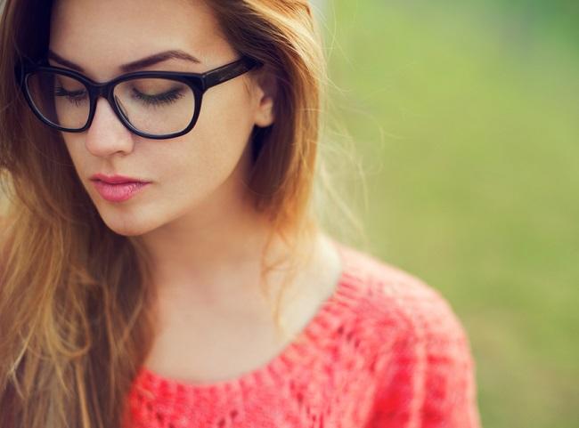 Mujer joven con monturas de gafas grandes y redondas
