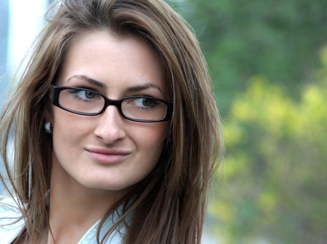 Mujer con rostro cuadrado usando unas gafas más ovaladas y pequeñas
