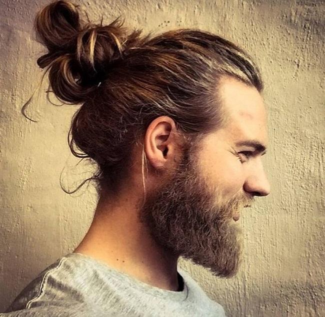 el cabello largo luce muy bien con o sin barba en el hombre atado o