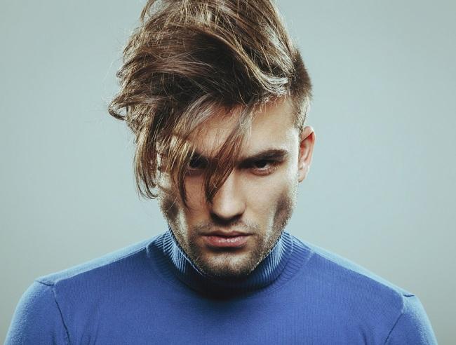 Hombre luce un peinado que es tendencia con el cabello largo y laterales rapados