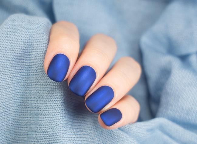 Pinta de uñas mate azul