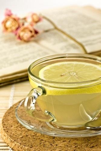 Vaso con agua con limón
