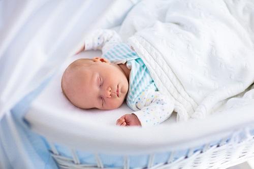 bebé durmiendo en moisés
