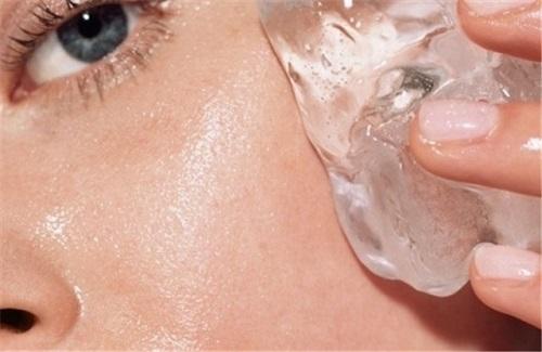 Mujer se aplica hielo en su rostro para cerrar los poros