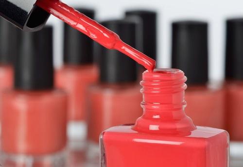 como hacer pintura de uñas mate