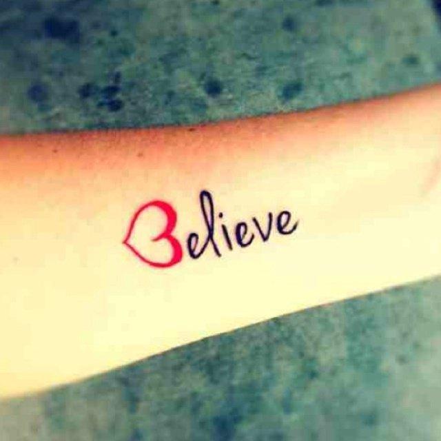 cree o believe una frase tatuada en su brazo