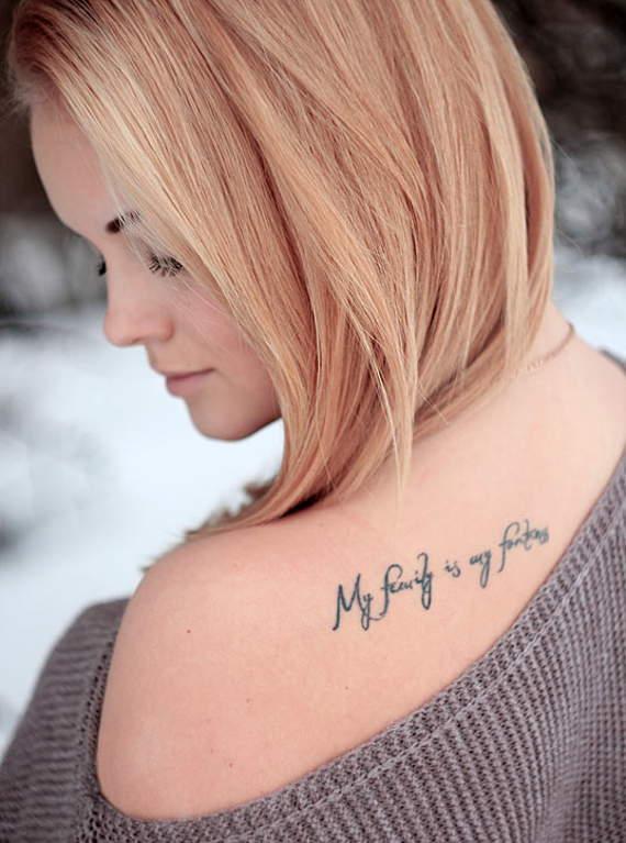 Chica con tatuaje que dice mi familia es mi fuerza