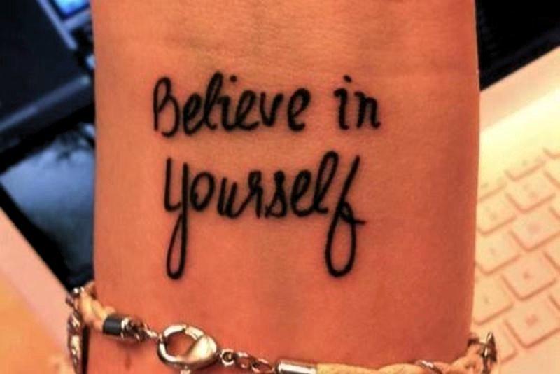 """La frase """"cree en ti mismo"""" tatuada en el antebrazo."""