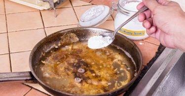 limpiando sartén con bicarbonato