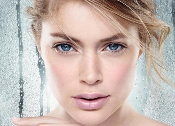 Mujer rubia con maquillaje nude
