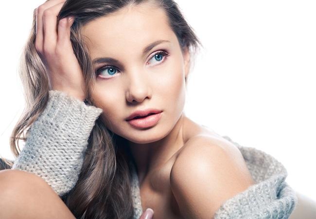 Joven mujer luciendo maquillaje nude con un toque natural