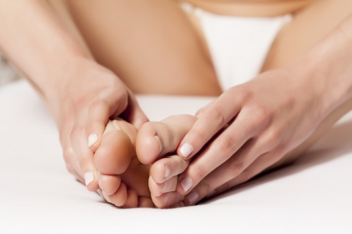 masaje en los pies en pedicura casera