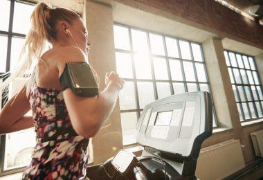 mujer haciendo cardio corredora ejercicio