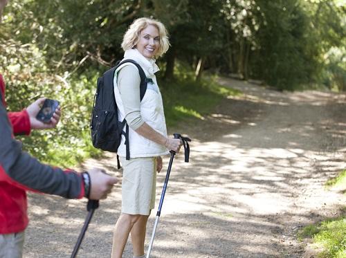 mujer haciendo senderismo en rutina de ejercicios
