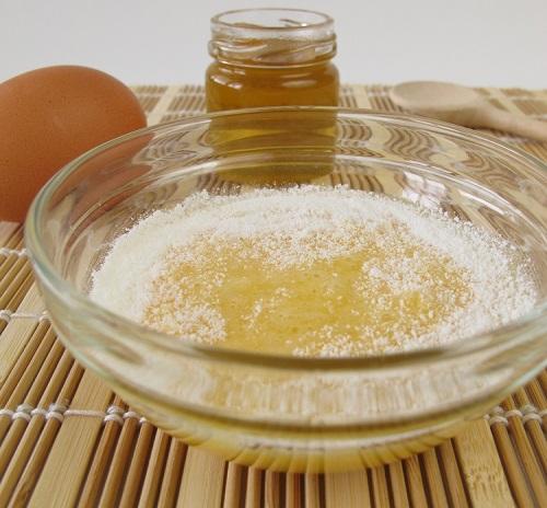 preparando mascarilla con claras de huevo