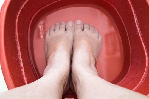 remojar los pies para eliminar las uñas encarnadas