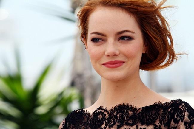 Emma stone luciendo su melena cobriza y elegante