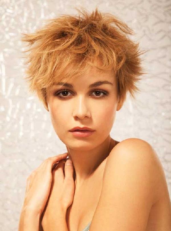 Joven mujer con un color de pelo cobrizo