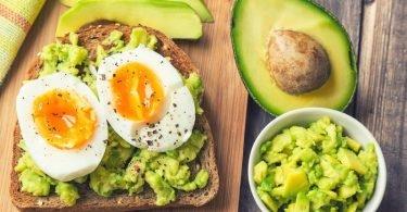 sandwich de aguacate y huevo