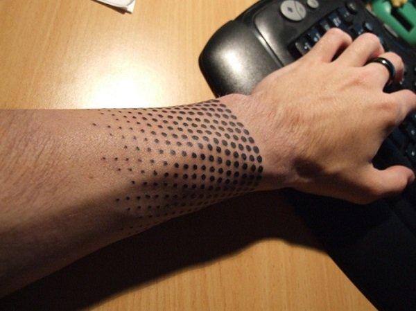 Hombre con la mano tatuada con una pulsera de puntos