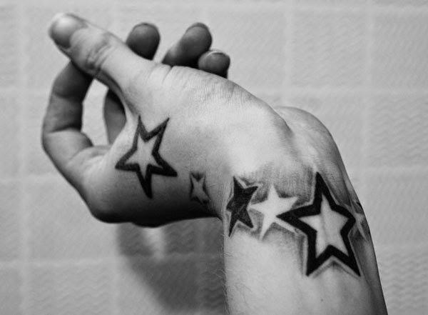 Hombre con estrellas tatuadas en la mano
