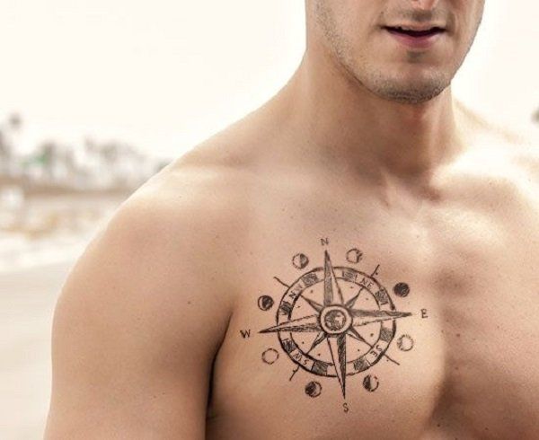 Un hombre con el tatuaje de los puntos cardinales en su pecho