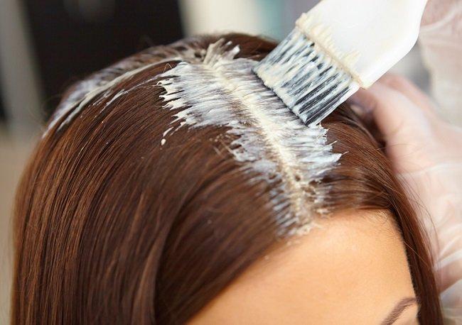 Joven mujer tiñiendo su cabello