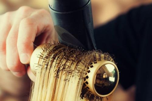 Secando el cabello luego de aplicarle keratina