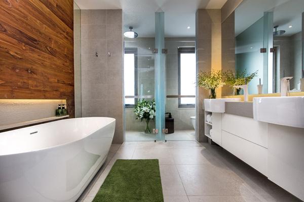 Un baño modernos y tropical con buena decoración e iluminación