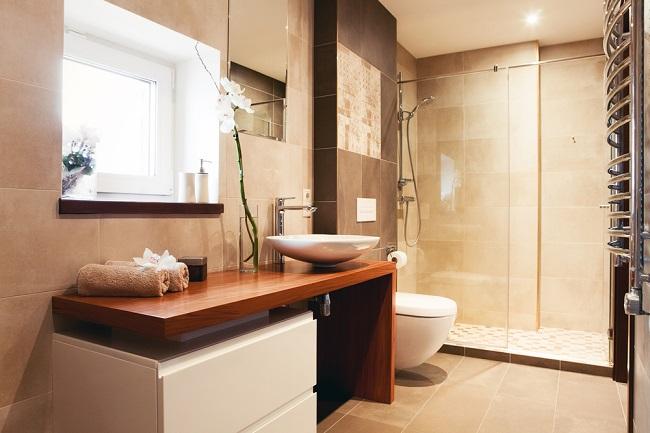Interior de un baño moderno con una ventana que da luz sobre el labavo.