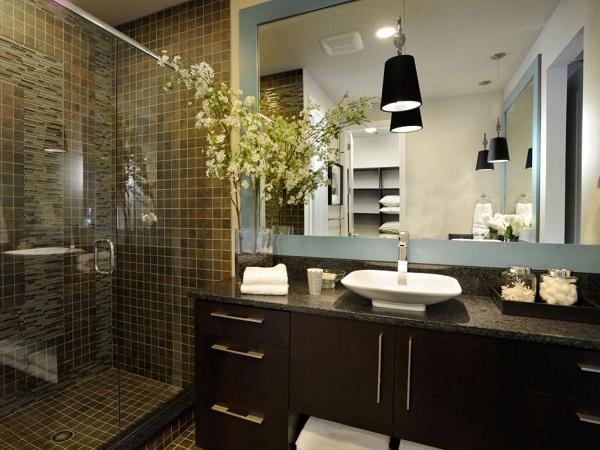 Un hermoso baño moderno con tonos oscuros