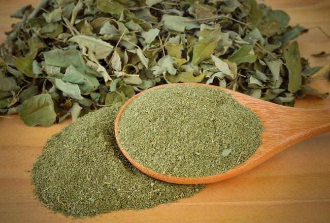 presentación de la moringa con sus hojas molidas