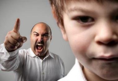 dano-psicologico-padre-reganando-a-hijo