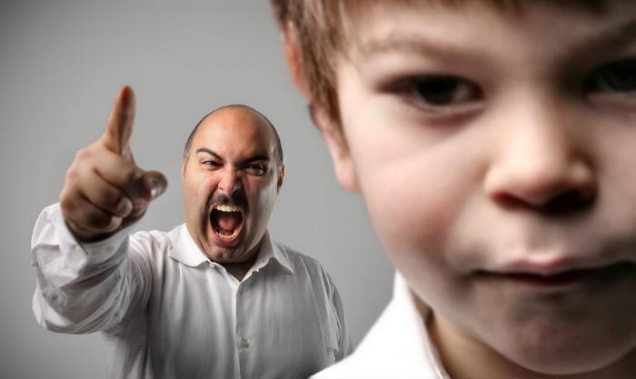 daño-psicologico-padre-reganando-a-hijo