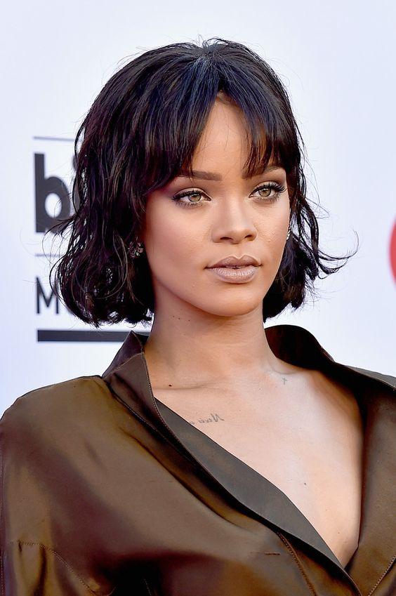 Mujer con corte de pelo llevado con fleco abierto