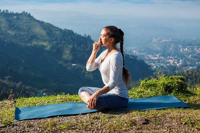 haciendo yoga para conseguir bajar de peso