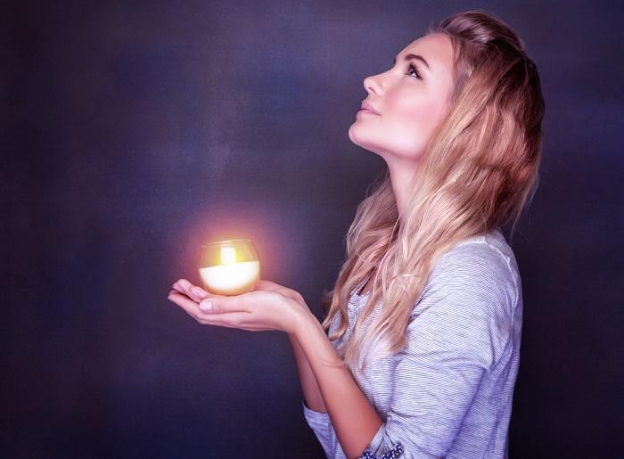 irradiar-luz-mujer-con-con-energia-positiva
