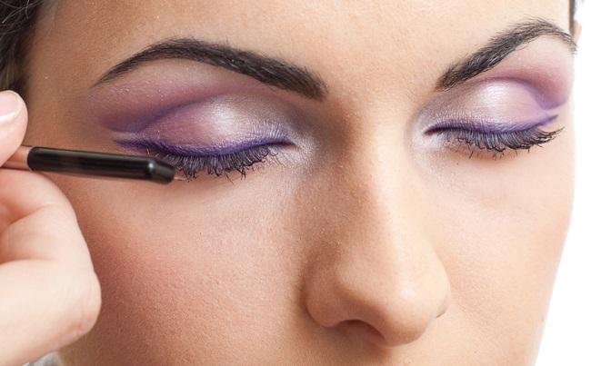 Una mujer con maquillaje sobre sus ojos