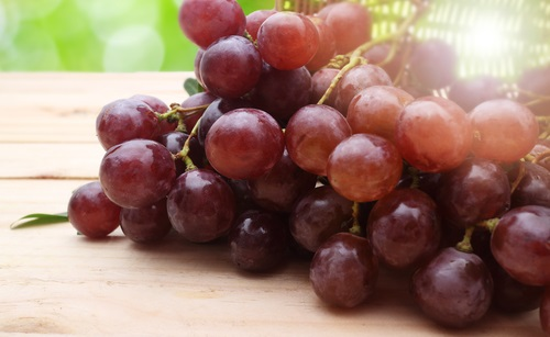 Uvas rojas sobre un plato