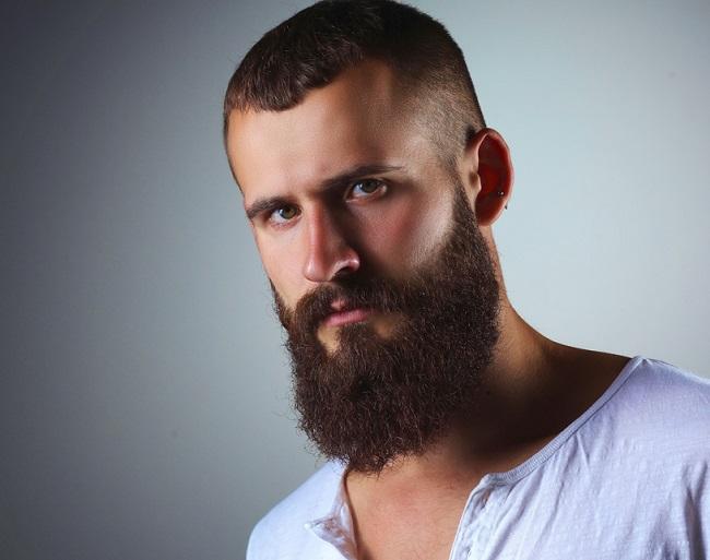 Joven con abundante barba y cabello muy corto