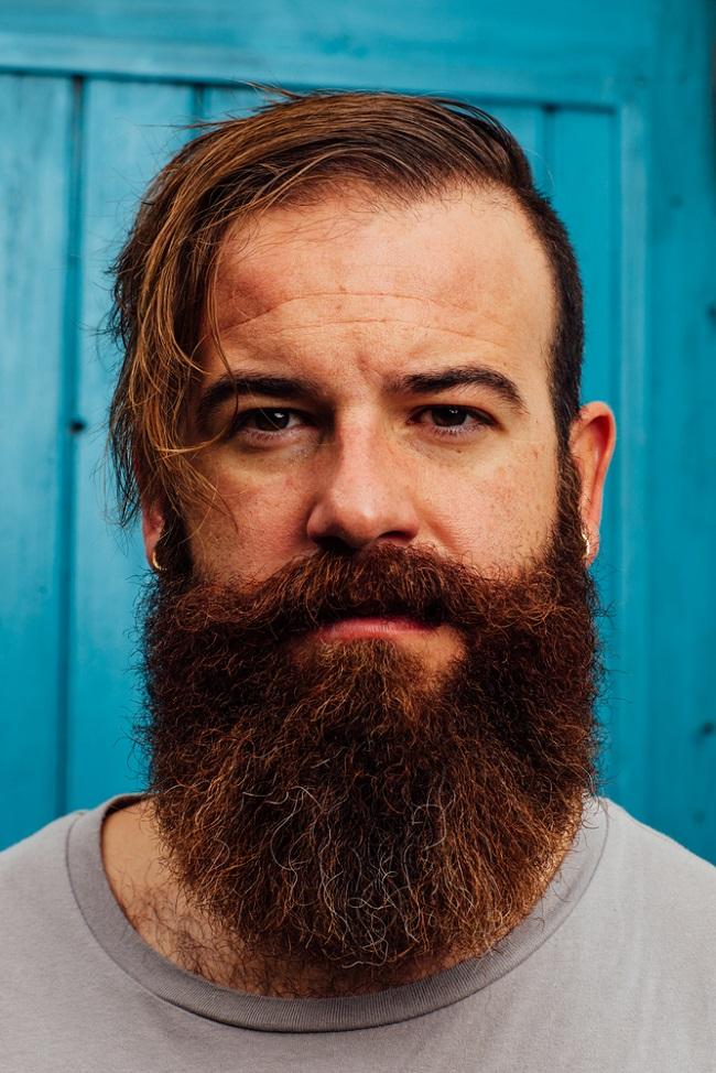 Un hombre con abundante barba muy larga